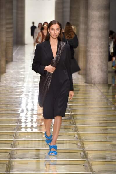 Un manteau noir et des escarpins bleus : le combo gagnant de Bottega Venetta.