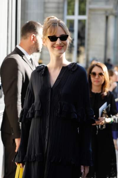 Louise Bourgoin associe frange rideau et chignon à merveille
