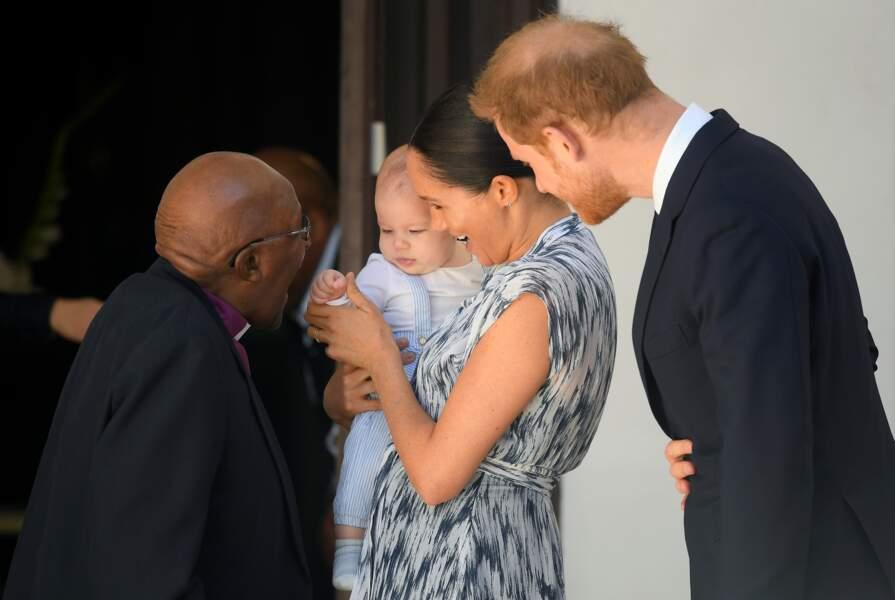 Meghan Markle ravissante en robe imprimée avec son fils Archie en salopette rayée