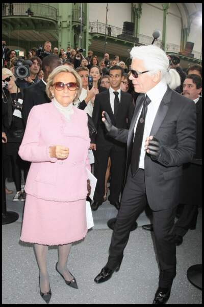 Bernadette Chirac, en tailleur rose Chanel, avec Karl Lagerfeld lors du défilé de la maison de couture en 2009