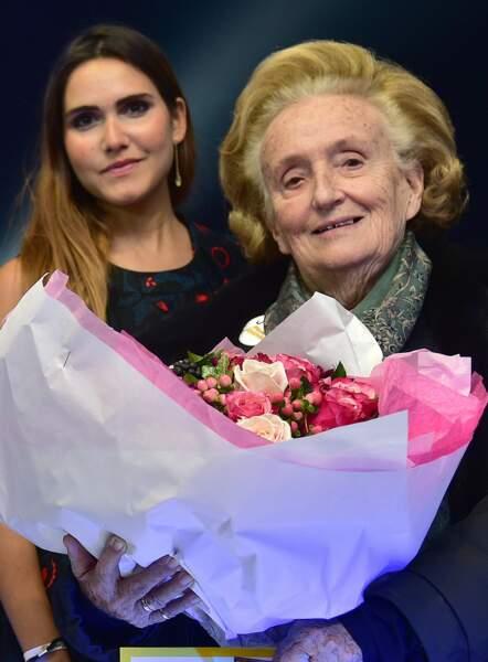 Bernadette Chirac, souriante, aux côtés de la chanteuse Joyce Jonathan lors de l'opération Pièces Jaunes en 2016