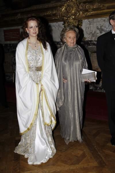 Bernadette, élégante en robe longue lamée aux côtés de Lalla Salma du Maroc, lors d'un gala à Versailles en 2010