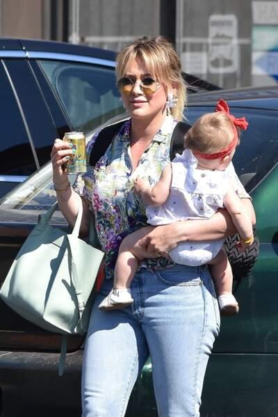 La comédienne et chanteuse Hilary Duff a recraqué pour la frange 70's cet été