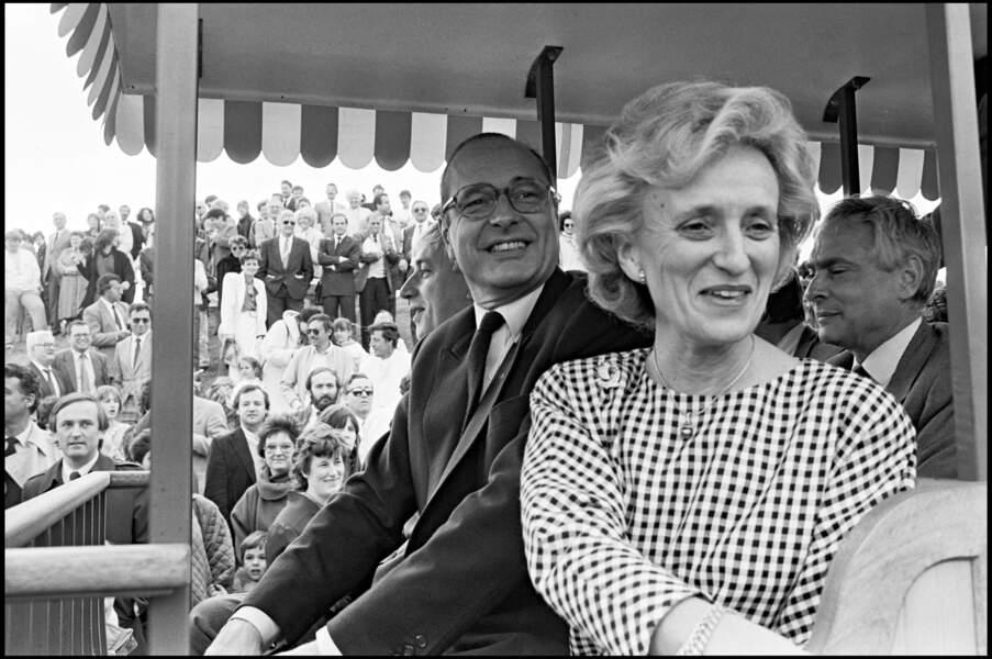 Bernadette, en blouse à imprimé vichy, avec Jacques Chirac à Courdimanche en région parisienne en 1987