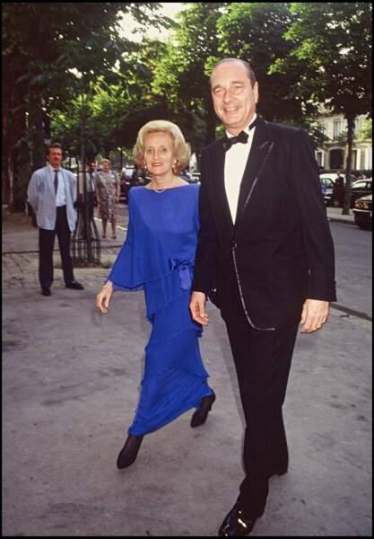 Bernadette, en longue robe bleu à volants, et Jacques Chirac lors d'un dîner en l'honneur de Ronald Reagan, en 1989