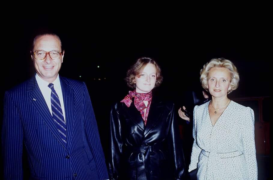 Bernadette, en robe à pois cache-coeur, avec Jacques et Claude Chirac, lors d'une soirée en 1983
