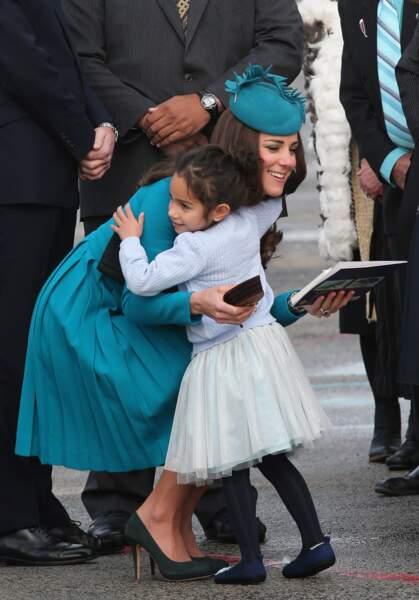 Quand Kate Middleton a enlacé une fillette lors d'un voyage officiel en Nouvelle-Zélande