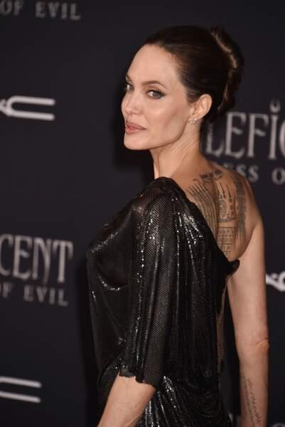 Angelina Jolie, toujours aussi sublime en robe Versace
