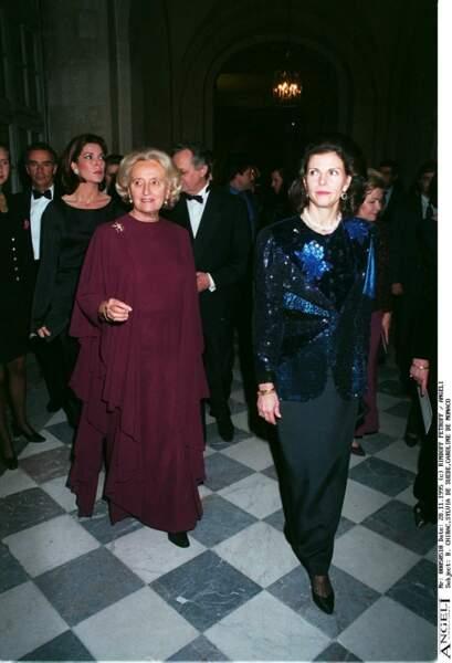 Bernadette, en longue robe drapée bordeaux, avec Silvia de Suède et Caroline de Monaco à Versailles en 1995