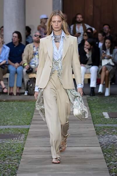 le costume féminin Etro mixe le radical avec la fluidité de la soie.