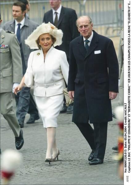 Bernadette Chirac, très chic en ensemble blanc avec le prince Philip pour la venue d'Elisabeth II à Paris en 2004