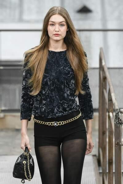 La chaine signe son grand retour cet été, aussi bien autour du cou que de la taille comme sur Gigi Hadid chez Chanel.