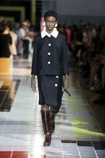 Sage, le noir chez Prada habille un look rétro, pour plus de simplicité en été.