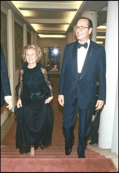 Bernadette Chirac, très élégante en robe en dentelle noire, lors d'un gala à l'opéra de Paris, en 1982