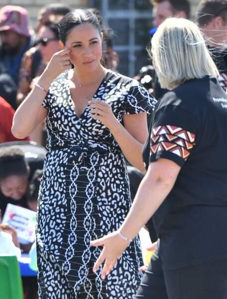"""Meghan Markle porte aussi un bracelet """"justice """" de l'association africaine qu'elle soutient avec Harry"""
