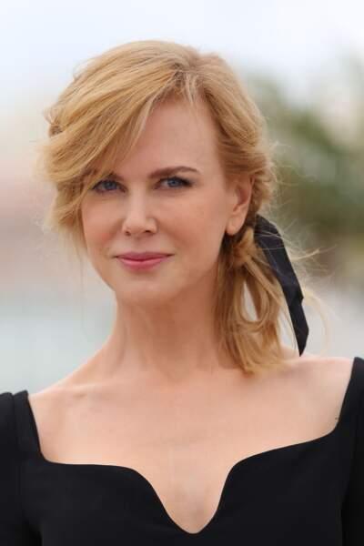 Le ruban : la touche romantique pour accessoiriser la queue-de-cheval basse comme Nicole Kidman