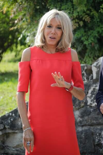 La première Dame Brigitte Macron sait que cette frange apportait de la douceur