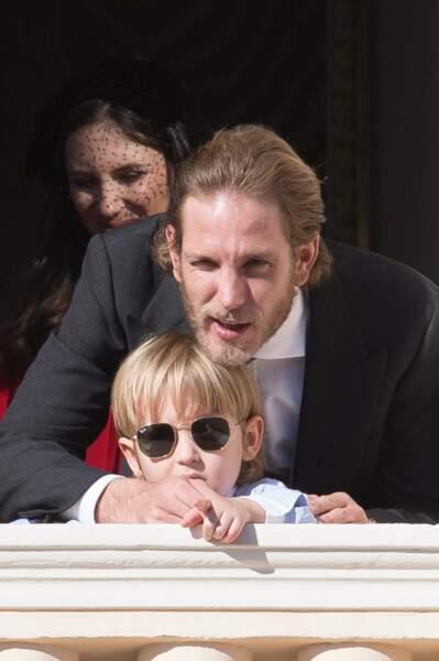 Andrea Casiraghi salue la foule avec son fils Sacha et son épouse Tatiana