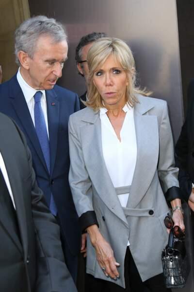 En blazer gris lors de son arrivée à l'inauguration de l'exposition Dior