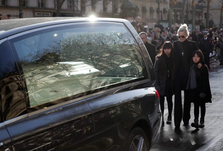 Laeticia Hallyday, Jade et Joy suivent le cortège funéraire devant l'église de la Madeleine le 9 décembre 2017