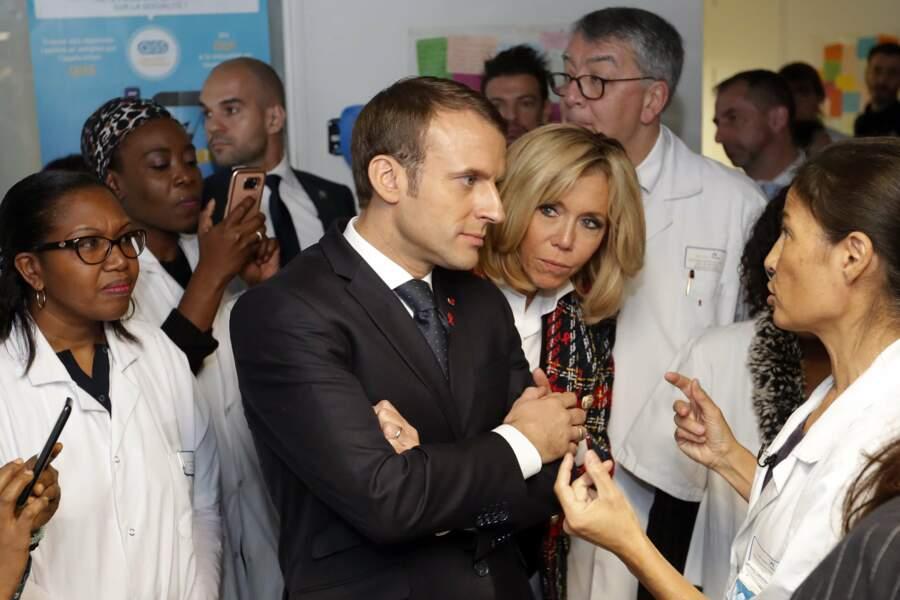 Brigitte Macron avec son mari Emmanuel Macron à l'hôpital de St-Denis