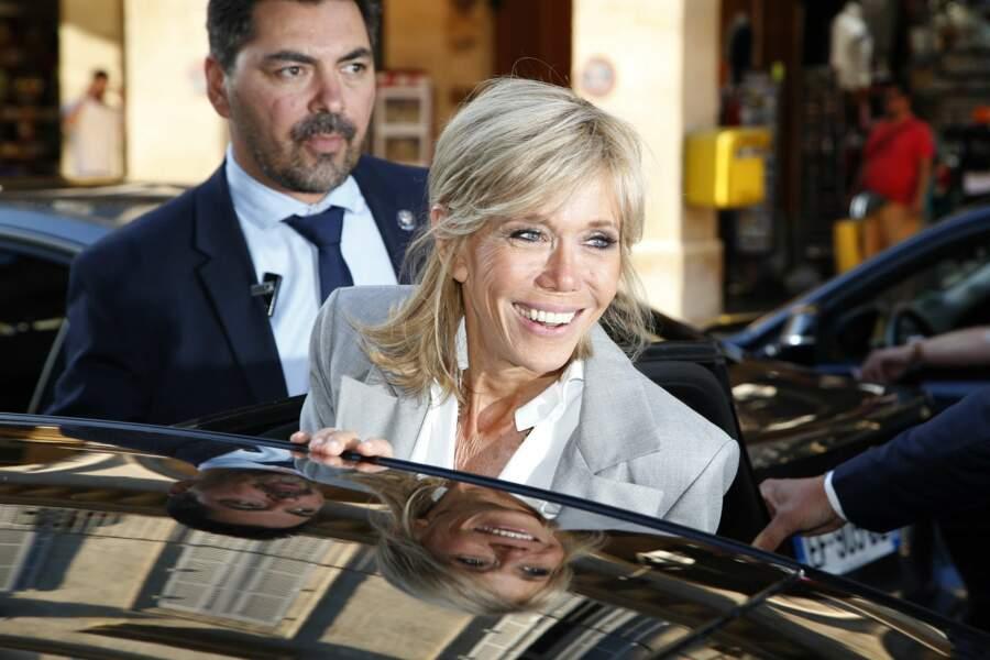 Brigitte Macron était vêtue d'une veste grise