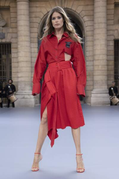 Doutzen Kroes a enflammé le défilé L'Oréal Paris en rouge.