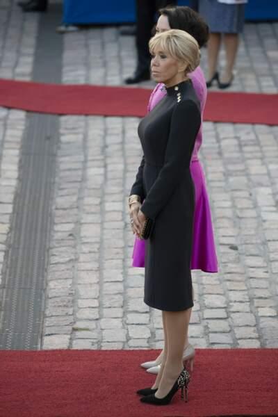 Brigitte Macron en robe noire Louis Vuitton, lors d'un voyage en Finlande, le 29 août 2018