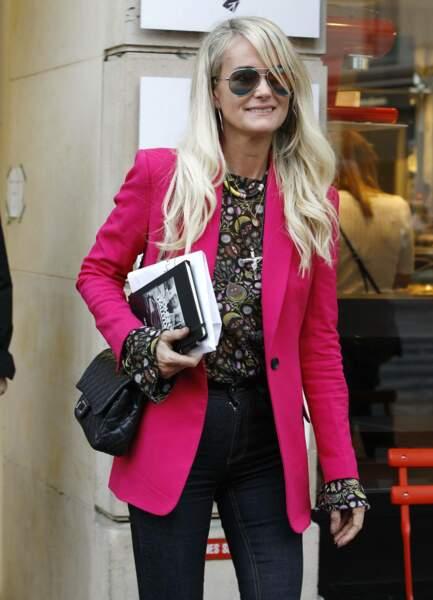 Laeticia Hallyday à Paris avec une veste rose flashy très chic