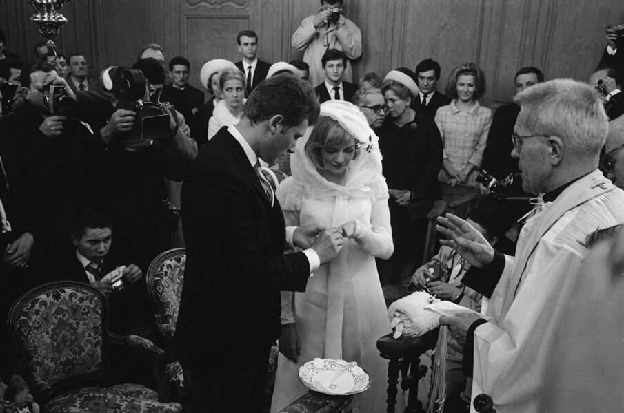 Sylvie Vartan et Johnny Hallyday lors de leur mariage à Loconville, près de Paris, le 12 avril 1965