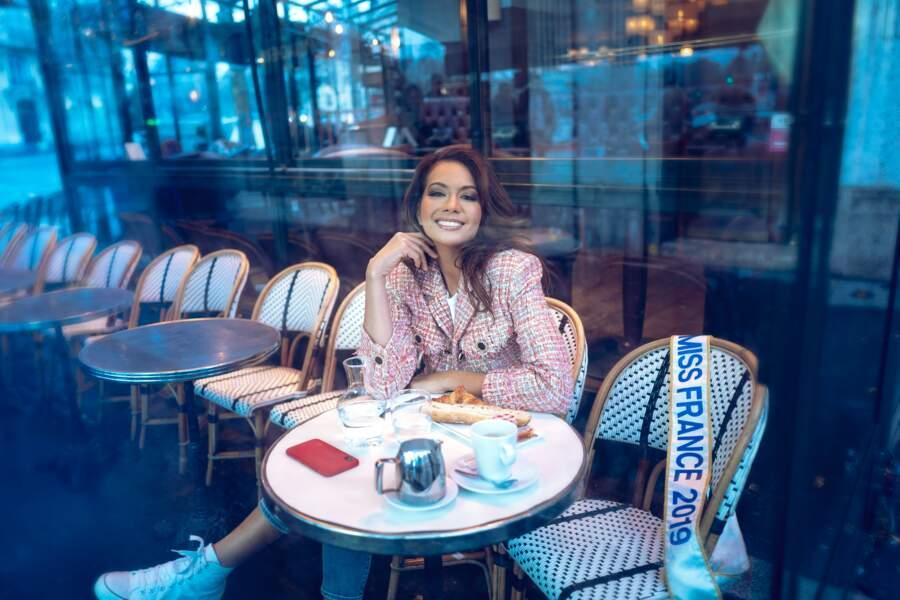 Vaimalama Chaves, Miss France 2019 prend la pose sous le ciel gris parisien mais avec le sourire