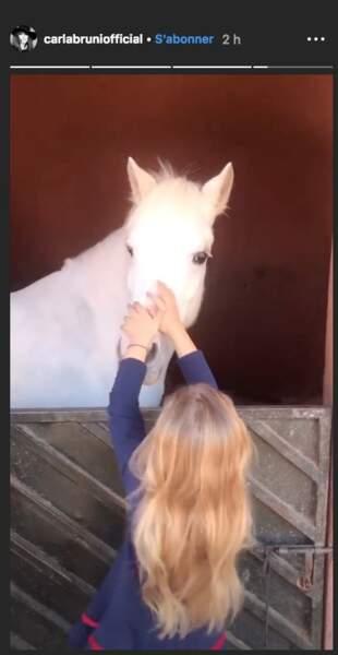 Giulia Sarkozy possède de magnifiques cheveux longs blonds et ondulés pour le plus grand plaisir de Carla Bruni