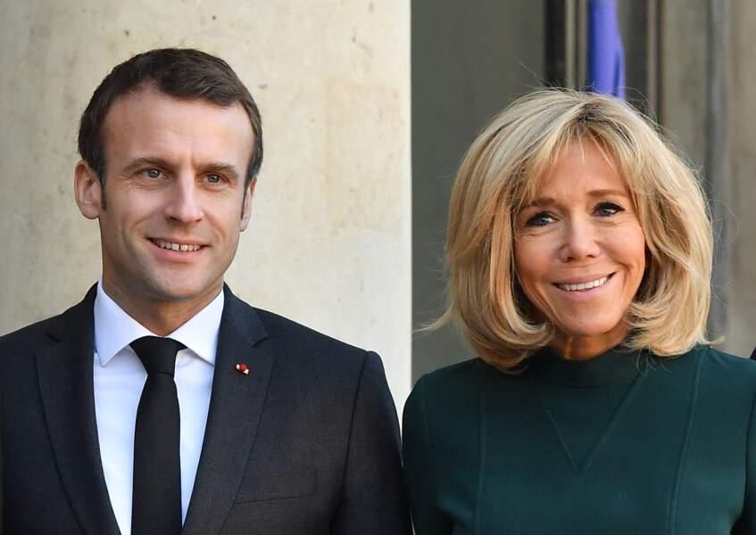 Brigitte Macron souriante à l'Elysée avec son mari Emmanuel Macron