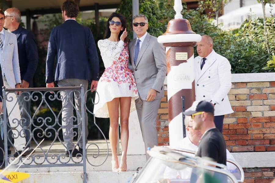 2014 : pour son mariage avec George Clooney, Amal Alamuddin choisit une robe très courte blanche et fleurie