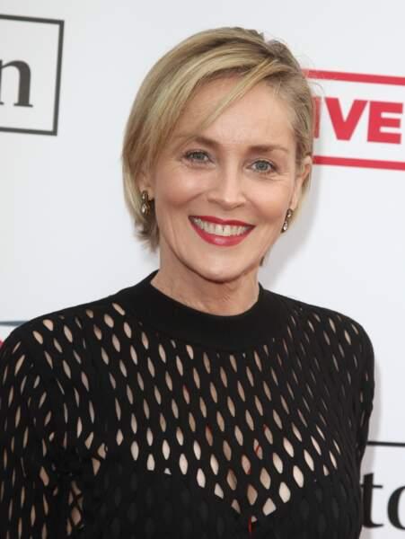 Sharon Stone change un peu de style et coiffe ses cheevux en carré sage