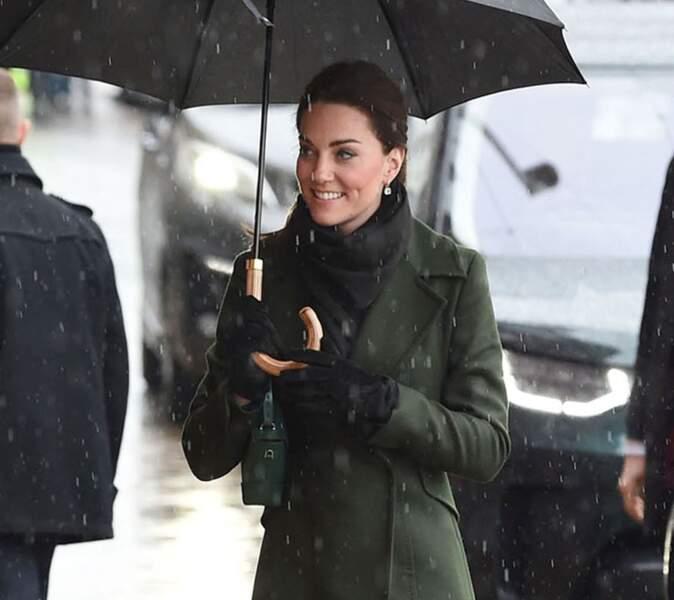 Kate Middleton portait de jolies boucles d'oreilles pendantes signées Kiki McDonough