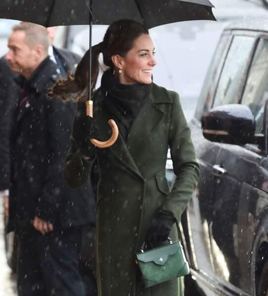 Kate Middleton a accessoirisé sa tenue avec un joli sac à main Manu Atelier