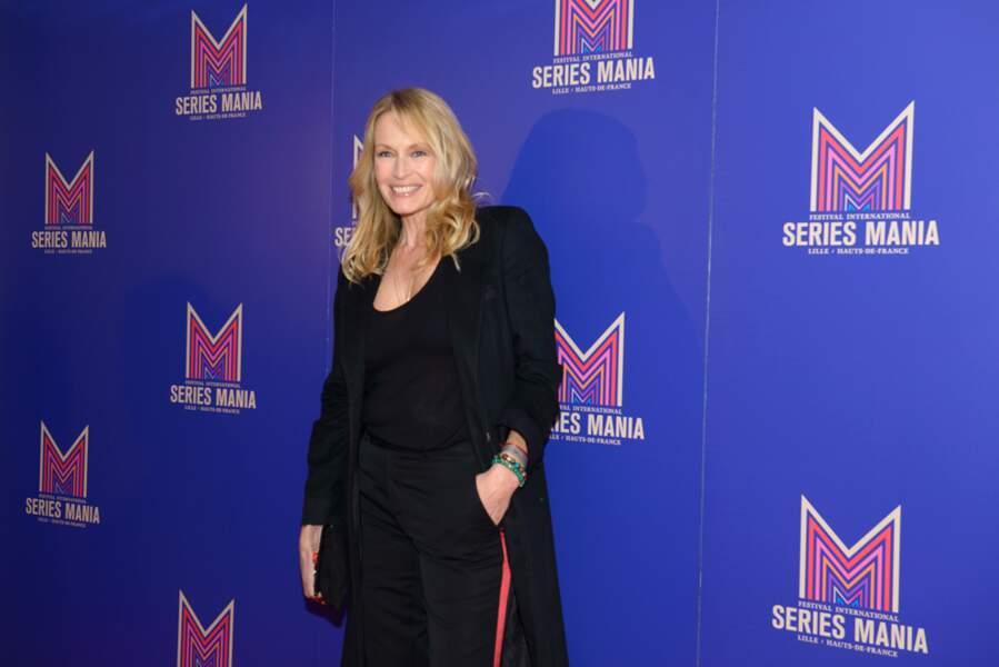 Estelle Lefébure rayonnante avec ses cheveux longs blonds légèrement wavy coiffée parAgence Studio Franck Provost