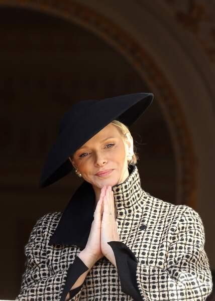 Un teint glowy, un chapeau au charme hollywodien et voilà Charlène prête pour les cérémonies du jour