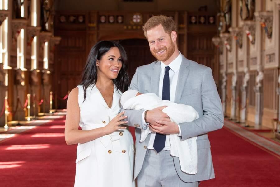 Meghan Markle en robe porte portfeuille Givenchy avec le prince Harry et leur fils