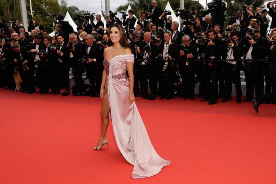 Eva Longoria a fait sensation lors de la montée des marches de ce 14 mai dans une robe fendue