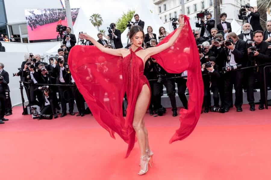 Alessandra Ambrosio rugissante en rouge