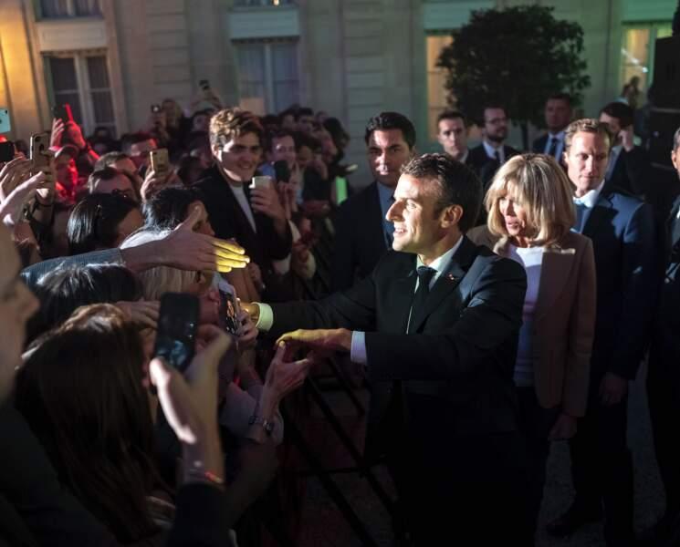 Emmanuel Macron et son épouse dans la cour de l'Elysée pour saluer les spectateurs venus célébrer la musique