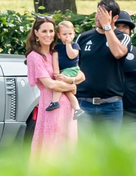 Louis, dans les bras de sa mère Kate Middleton, aperçu en train de sucer son pouce.