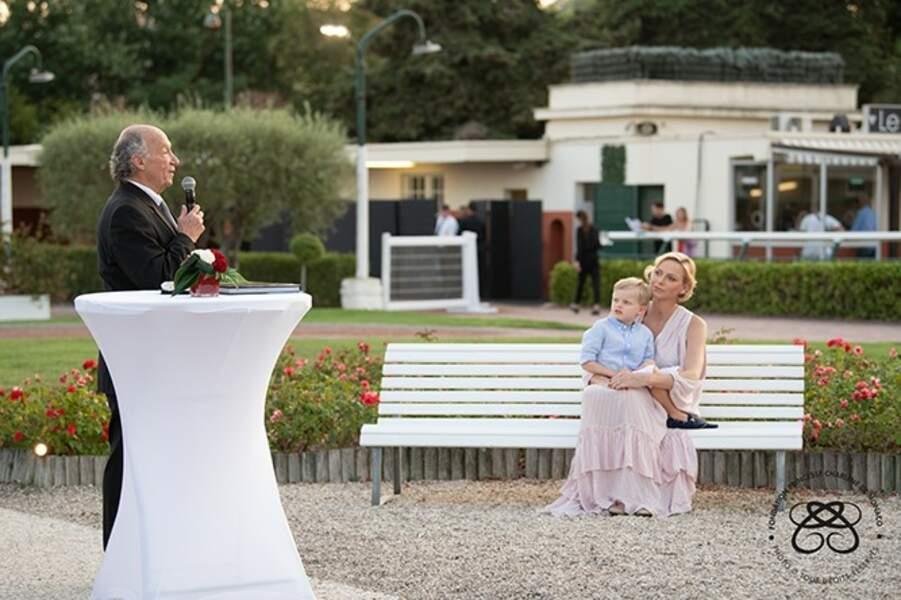 La princesse Charlène et son fils Jacuqes écoutent le président de la société des courses de la Côte d'Azur