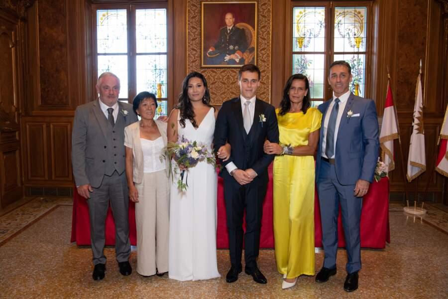 Les jeunes mariés, Marie Chevallier et Louis Ducruet entourés de leurs parents respectifs dont Stéphanie de Monaco