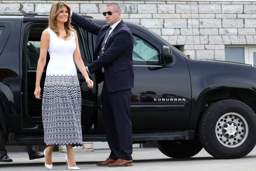 Côté accessoires, Melania Trump a assorti sa robe à une paire d'escarpins blancs, ce 26 août 2019 à Biarritz.
