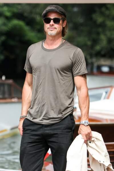 Brad Pitt classe et cool à la fois en jean/baskets et barbe de trois jours