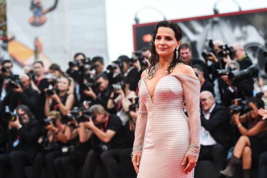 Juliette Binoche a adopté une tendance capillaire très à la mode : le wet