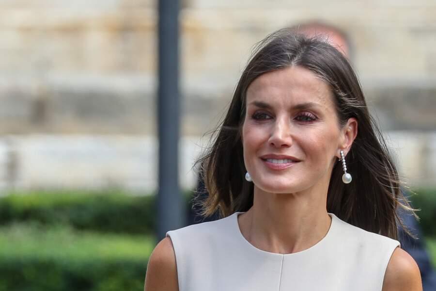 Cheveux lâchés, liner coloré et robe fluide, la reine Letizia d'Espagne impose son élégance à Séville